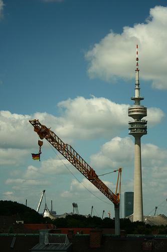 Bandera alemana colgando de una grúa