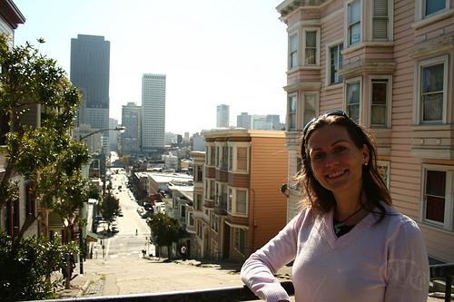 San Francisco - Amália sobre balcón a la calle